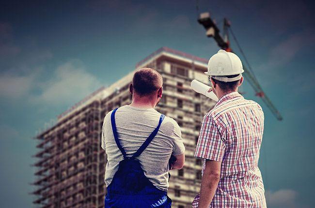 Byggnadsarbetare_planerar_hus
