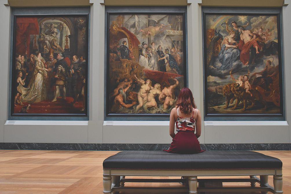 Kvinna-tittar-på-tavlor