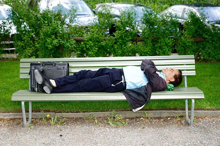 Man-som-sover-på-bänk